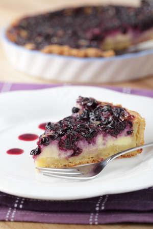 blueberry pie: Rebanada de pastel de ar�ndanos en el detalle de la placa