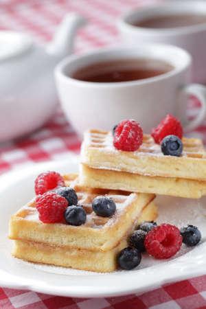 Waffles belgas con frambuesa y arándanos Foto de archivo