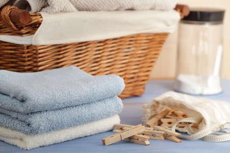 detersivi: Clothespins nel sacchetto, asciugamani, detersivo per bucato, e un cesto Archivio Fotografico