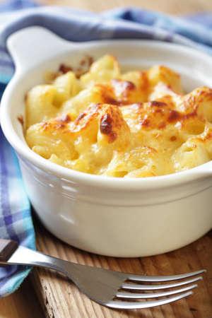 macaroni: Macaroni en kaas in de witte ovenschaal close-up Stockfoto