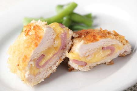 carne de pollo: Pollo Milanesa Cordon Blue con jud�as verdes en primer plano la placa blanca