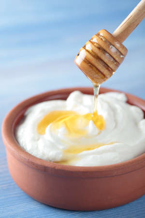 greek pot: Yogurt greco con miele in una pentola