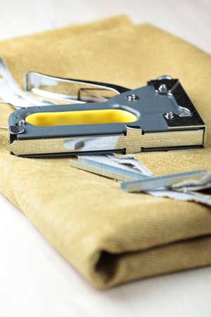 agrafeuse: Agrafeuse rembourrage sur un morceau de tissu Banque d'images