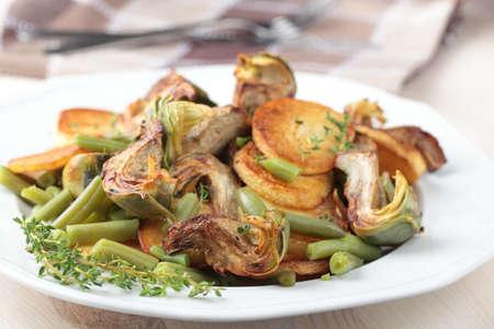 Gebakken artisjok en aardappel met groene bonen en tijm Stockfoto - 12398777