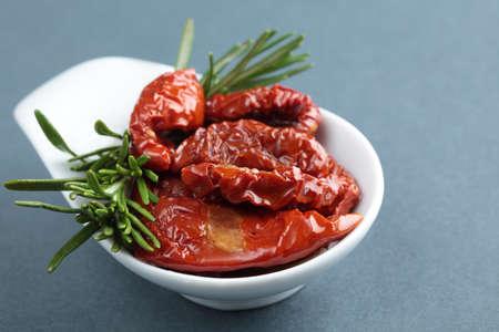 legumbres secas: Tomates secados al sol y el romero en un taz�n peque�o