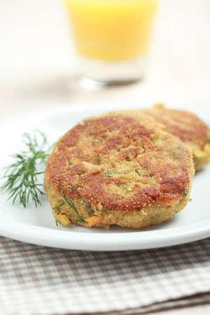 lenteja: Dos hamburguesas con lentejas en un plato