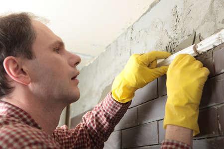 clinker tile: Contratista la instalaci�n de azulejos en una pared