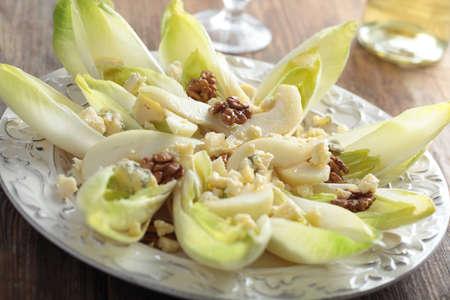 Salade met witlof, blauwe kaas, walnoten en peren