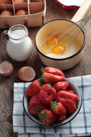 batidora: Ingredientes para clafoutis de fresa en una mesa rústica