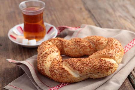 Turkse bagel, simit, en traditionele thee op een tafel Stockfoto