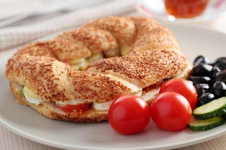 tomate cerise: Le petit d�jeuner turc avec simit, fromage, tomate cerise, concombre, olives noires, et le th�