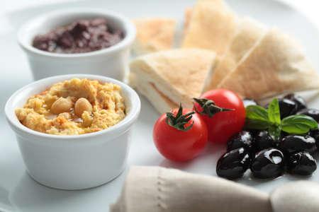 Meze con pomodorini, olive nere e pane pita Archivio Fotografico - 14958605