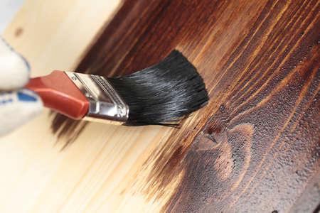 carpenter: Vernissage un plateau en bois avec pinceau
