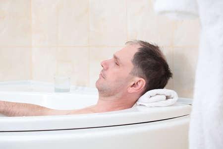 Homme d'âge mûr ayant un bain Banque d'images