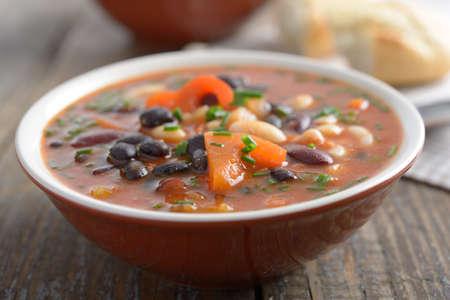 3 つの素朴なテーブル上のスープを豆します。