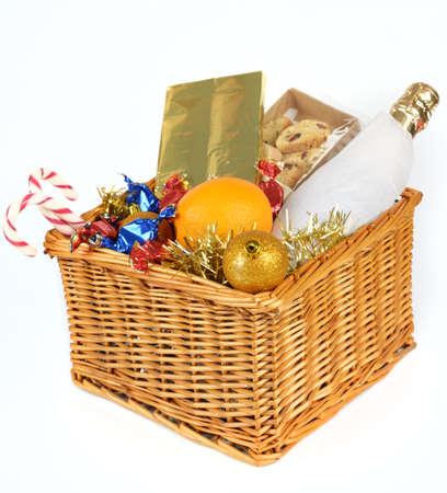 giftbasket: Kerstcadeau mand geà ¯ soleerd op witte achtergrond Stockfoto
