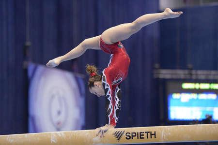 Moskou, Rusland - 21 april 2013: Carlotta Ferlito, Italië voert oefening op evenwichtsbalk in finale van 5 EK in Artistieke Gymnastiek in Moskou, Rusland op 21 april 2013