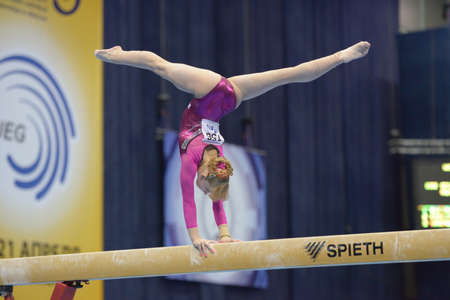 Moskou, Rusland - 21 april 2013: Anastasia Grishina, Rusland voert oefening op evenwichtsbalk in finale van 5 EK in Artistieke Gymnastiek in Moskou, Rusland op 21 april 2013 Redactioneel