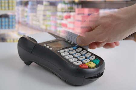 tarjeta de credito: Lector de tarjetas de cr�dito en la acci�n