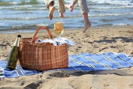 handt�cher: Gl�ser mit Champagner auf einem Picknick-Korb