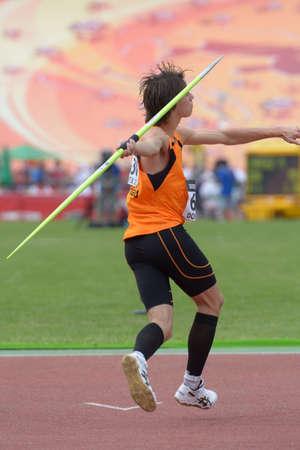 lanzamiento de jabalina: Donetsk, Ucrania - 11 de julio 2013: Loek van Zevenbergen de los Pa�ses Bajos en la semifinal de la competencia en lanzamiento de jabalina Octathlon durante el octavo Campeonato Mundial Juvenil de la IAAF en Donetsk, Ucrania el 11 de julio 2013