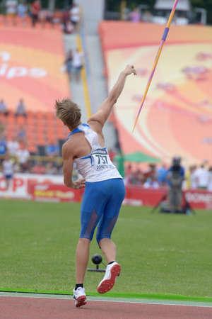 lanzamiento de jabalina: Donetsk, Ucrania - 11 de julio 2013: Andrey Fomichev de Rusia en la semifinal de la competencia en lanzamiento de jabalina Octathlon durante el octavo Campeonato Mundial Juvenil de la IAAF en Donetsk, Ucrania el 11 de julio 2013
