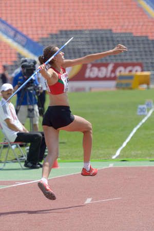 lanzamiento de jabalina: Donetsk, Ucrania - 13 de julio 2013: Veranika Tsialpuk de Belar�s compite en lanzamiento de jabalina en las ni�as Heptatl�n en octavo Campeonato Mundial Juvenil de la IAAF en Donetsk, Ucrania el 13 de julio 2013
