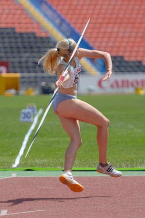 lanzamiento de jabalina: Donetsk, Ucrania - 13 de julio 2013: Stasa Trajkovic de Eslovenia compite en lanzamiento de jabalina en las ni�as Heptatl�n en octavo Campeonato Mundial Juvenil de la IAAF en Donetsk, Ucrania el 13 de julio 2013