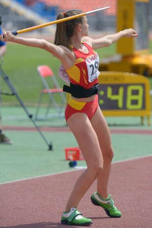 lanzamiento de jabalina: Donetsk, Ucrania - 13 de julio 2013: Emilia Del Hoyo de Espa�a compite en lanzamiento de jabalina en las ni�as Heptatl�n en octavo Campeonato Mundial Juvenil de la IAAF en Donetsk, Ucrania el 13 de julio 2013