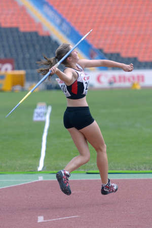 lanzamiento de jabalina: Donetsk, Ucrania - 13 de julio 2013: Alexandra Morrow de Canad� compite en lanzamiento de jabalina en las ni�as Heptatl�n en octavo Campeonato Mundial Juvenil de la IAAF en Donetsk, Ucrania el 13 de julio 2013