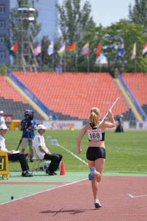 lanzamiento de jabalina: Donetsk, Ucrania - 13 de julio 2013: Robyn Buckingham de Canad� compite en lanzamiento de jabalina en las ni�as Heptatl�n en octavo Campeonato Mundial Juvenil de la IAAF en Donetsk, Ucrania el 13 de julio 2013