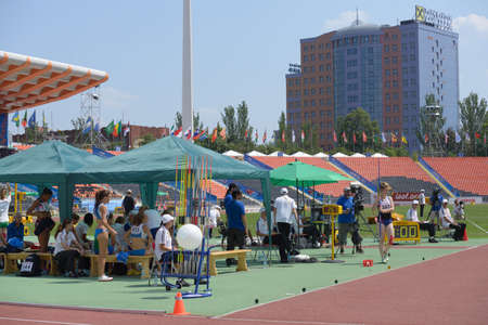 lanzamiento de jabalina: Donetsk, Ucrania - 13 de julio de 2013: Las ni�as compite en lanzamiento de jabalina en las ni�as Heptatl�n en octavo Campeonato Mundial Juvenil de la IAAF en Donetsk, Ucrania el 13 de julio 2013