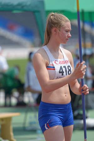 lanzamiento de jabalina: Donetsk, Ucrania - 13 de julio 2013: Asgerdur Jana Agutsdottir de Islandia compite en lanzamiento de jabalina en las ni�as Heptatl�n en octavo Campeonato Mundial Juvenil de la IAAF en Donetsk, Ucrania el 13 de julio 2013