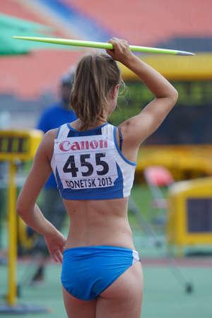 lanzamiento de jabalina: Donetsk, Ucrania - 13 de julio 2013: Giulia Sportoletti de Italia compite en lanzamiento de jabalina en las ni�as Heptatl�n en octavo Campeonato Mundial Juvenil de la IAAF en Donetsk, Ucrania el 13 de julio 2013