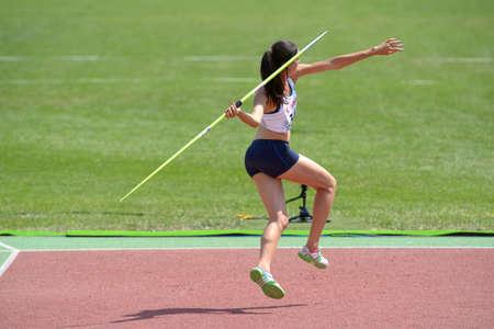 lanzamiento de jabalina: Donetsk, Ucrania - 13 de julio 2013: Esther Turpin de Francia compite en lanzamiento de jabalina en las ni�as Heptatl�n en octavo Campeonato Mundial Juvenil de la IAAF en Donetsk, Ucrania el 13 de julio 2013 Editorial