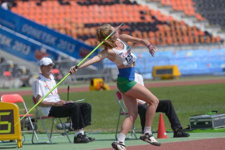lanzamiento de jabalina: Donetsk, Ucrania - 13 de julio 2013: Alysha Burnett de Australia compite en lanzamiento de jabalina en las ni�as Heptatl�n en octavo Campeonato Mundial Juvenil de la IAAF en Donetsk, Ucrania el 13 de julio 2013