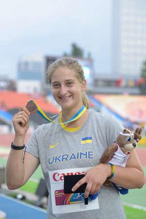 lancer marteau: Donetsk, Ukraine - 13 Juillet, 2013: Valeriia Semenkova de l'Ukraine avec sa m�daille de bronze en Hamer jeter sur la c�r�monie des m�dailles lors de 8e Championnats du monde jeunesse � Donetsk, en Ukraine le 13 Juillet 2013