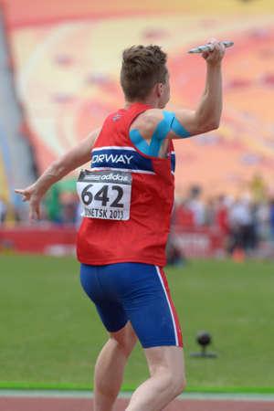 lanzamiento de jabalina: Donetsk, Ucrania - 11 de julio 2013: Karsten Warholm de Noruega compite en lanzamiento de jabalina en Octathlon durante el octavo Campeonato Mundial Juvenil de la IAAF en Donetsk, Ucrania el 11 de julio 2013