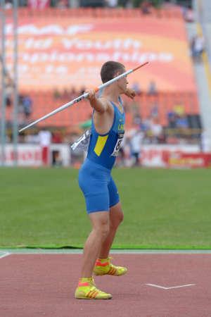 lanzamiento de jabalina: Donetsk, Ucrania - 11 de julio 2013: Maksym Klivtsur de Ucrania compite en lanzamiento de jabalina en Octathlon durante el octavo Campeonato Mundial Juvenil de la IAAF en Donetsk, Ucrania el 11 de julio 2013
