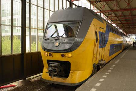 punctual: Eindhoven, Pa�ses Bajos - 23 de junio 2013 Tren regional llega a la estaci�n de tren de Eindhoven, Pa�ses Bajos el 23 de junio 2013 trenes holandeses est�n en todo el puntual 94 2012 de los servicios ferroviarios provistos, en el tiempo