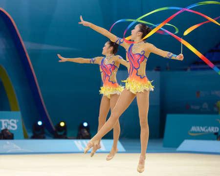 rhythmische sportgymnastik: Kiew, Ukraine - 31. August 2013: Team Japan f�hrt die Weiterleitung mit Kugeln und B�nder w�hrend der 32. Weltmeisterschaften der Rhythmischen Sportgymnastik in Kiew, Ukraine am 31. August 2013 Editorial