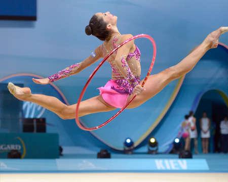 KIEV, Oekraïne - 28 augustus 2013: Neta Rivkin van Israël in actie tijdens de 32e Ritmische Gymnastiek WK in Kiev, Oekraïne op 28 augustus 2013