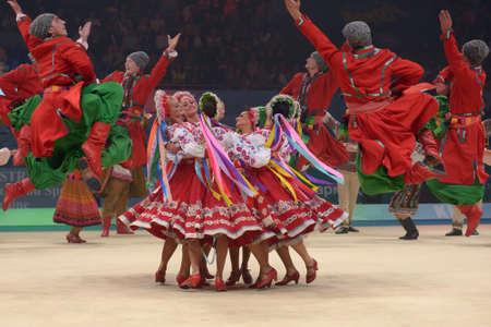 rhythmische sportgymnastik: Kiew, UKRAINE - 1. September: T�nzer in Trachten f�hrt w�hrend der Abschlusszeremonie des 32. Rhythmische Sportgymnastik-WM in Kiew, Ukraine am 1. September 2013