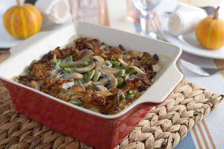 judia verde: Judías verdes cocidas al horno con cebolla caramelizada y champiñones en una mesa de Acción de Gracias
