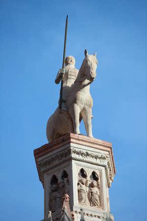 uomo a cavallo: Statua di cavaliere su colonna a Verona, Italia Archivio Fotografico