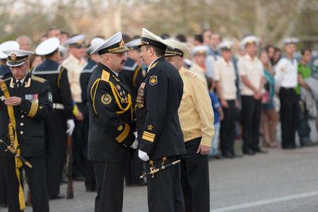 manos estrechadas: Sebastopol, Ucrania - 7 de mayo de 2013: Vice almirantes Alexander Fedotenkov, Rusia, la derecha y Youry Ilyin, Ucrania, los apretones de manos en el ensayo del desfile militar en honor del d�a de la victoria en Sebastopol, Crimea, Ucrania el 07 de mayo 2013 Editorial
