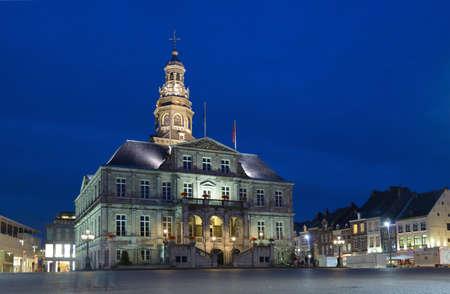 マーストリヒト, オランダ - 2013 年 9 月 7 日: マーストリヒトのマーケット広場にある市庁舎。建物はピーテル ・ ポストによって 17 世紀に建立されました。