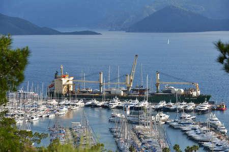 literas: Marmaris, Turqu�a - 02 de mayo 2014 yates de descarga desde la nave puerto deportivo de Marmaris es una de las m�s grandes de Turqu�a, con espacios para 650 barcos en las literas de pontones y m�s de 1.000 plazas en el disco de pie