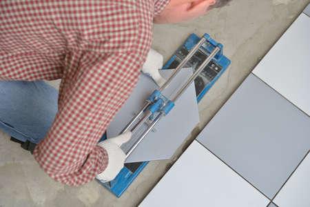 azulejos ceramicos: Solador cortar baldosas de cer�mica durante la instalaci�n del piso