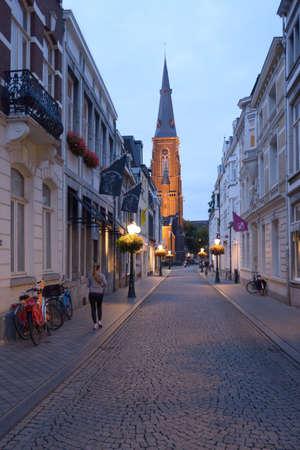 Maastricht, Nederland - 7 september 2013 Rechtstraat en de torenspits van de Sint-Maartenskerk kerk is in 1858 gebouwd door Pierre Cuypers, dit neo-gotische kerk is een van de bezienswaardigheden van de wijk Wijk van Maastricht Stockfoto - 29692516